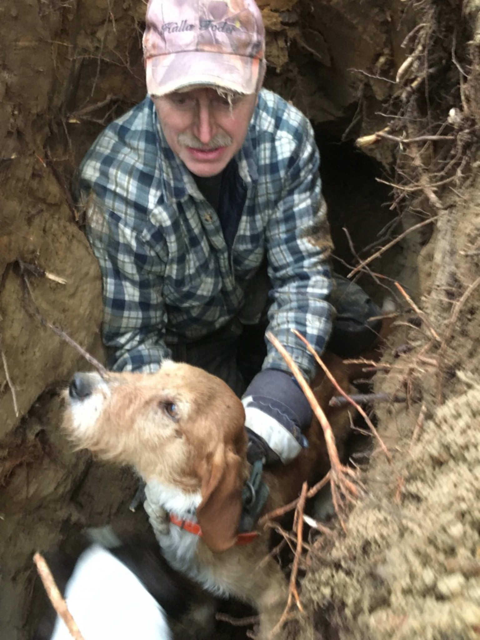 Tryggve Hellman hjälpte till att gräva fram blandrashunden Evert ur grytet där han skällt räv och grävling några dagar. Foto: Privat