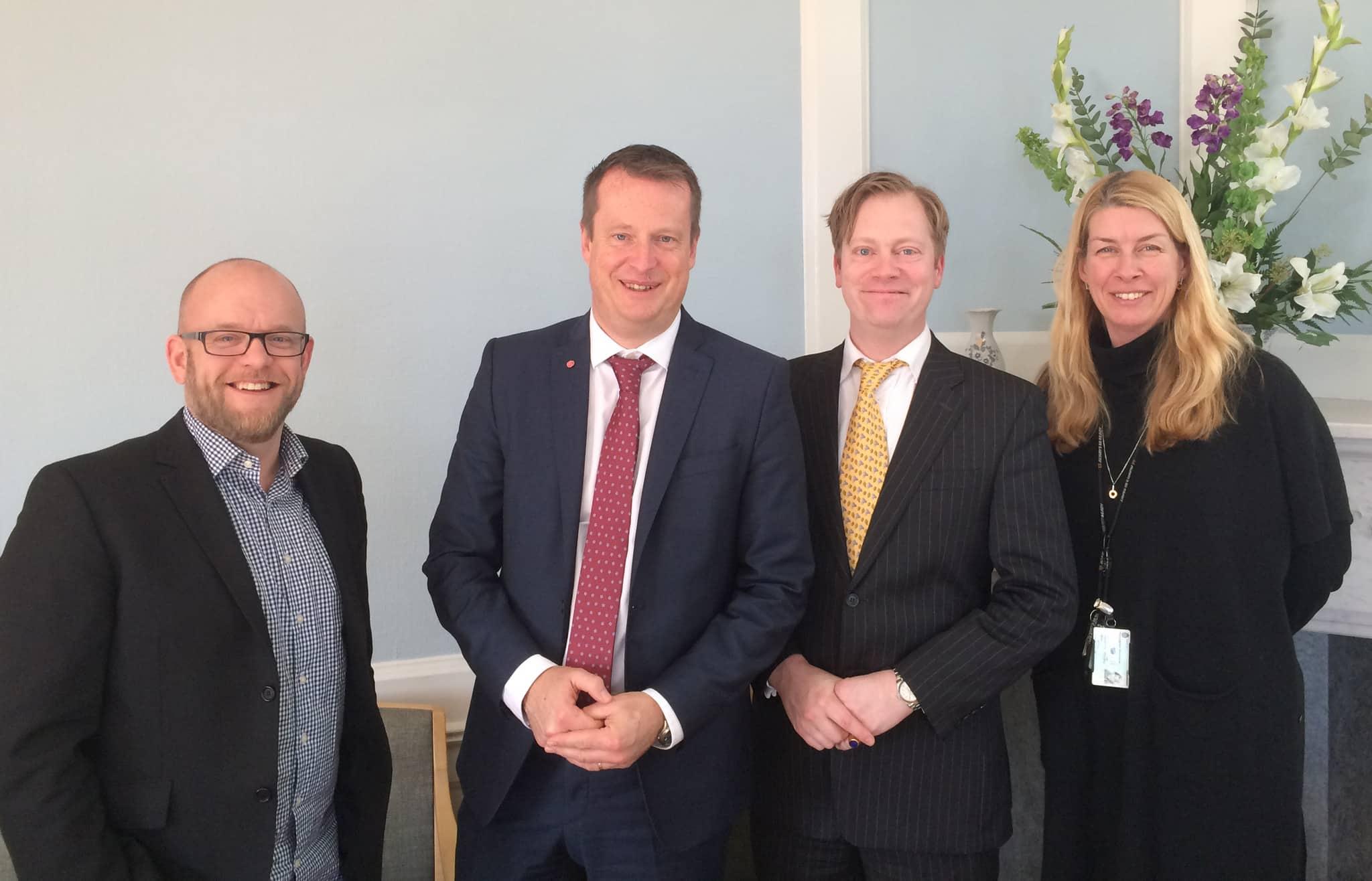 Landslagsskyttarna Robert Andersson, Roland Dahlman och Marianne Hansen tillsammans med inrikesminister Anders Ygeman (S) vid en träff på regeringskansliet. Ministern tvåa från vänster. Foto: Privat