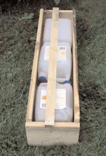 Allt som behövs för att bygga en fångstflotte är några brädstumpar, hammare och spik. Som flytelement är frigolit bäst men även tomma plastflaskor eller plastdunkar duger bra. Flottens längd och bredd får anpassas efter vilken sorts flytelement man använder. Det är viktigt att ge flotten tillräcklig flytkraft, så att fällan inte står i vatten. Foto: Bernt Karlsson