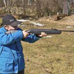 Yngre juniorer bör skjuta med ett luftgevär med låg vikt och förnuftiga stockmått till småväxta. Här är Gustaf, 9 år, testpilot på Stoeger X5. Foto: Mattias Lilja