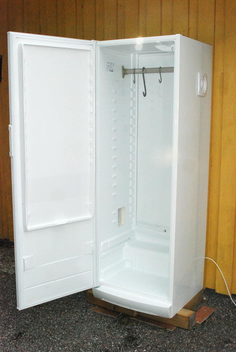 Kylen bör vara ett högskåp med en dörr. För att få luftcirkulation installeras en ventil på ena sidan och en fläkt på andra. I mitten monteras en stång av den typ som används i garderober. Foto: Torsten Mörner