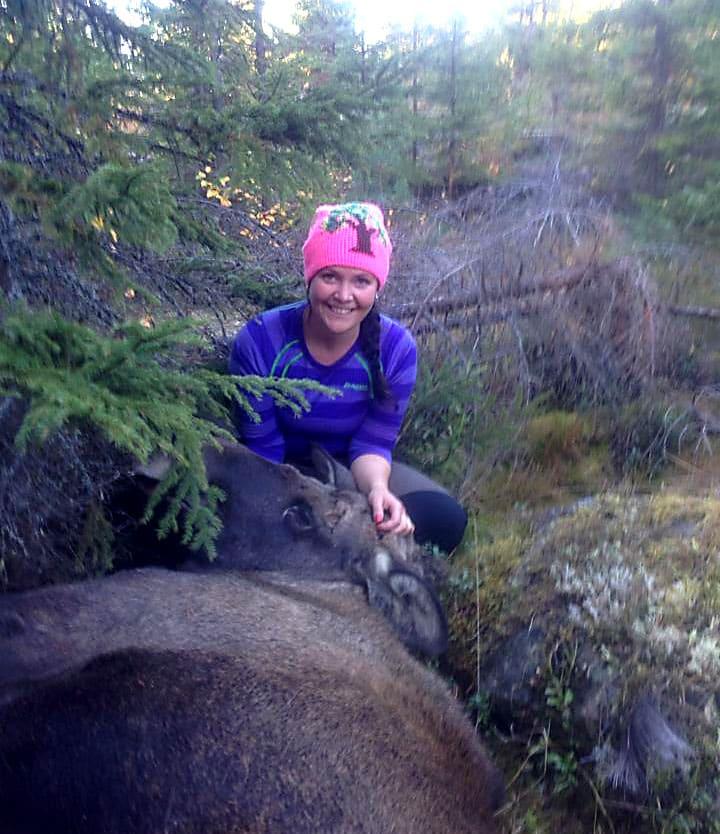 Helena Tysk med älgkvigan. Foto: Privat