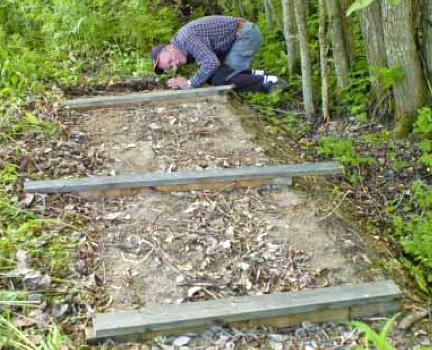 Börja med att jämna till marken där fällan ska stå. Placera sedan ut reglarna och väg in dessa, vid behov med hjälp av vattenpass. Foto: Bernt Karlsson