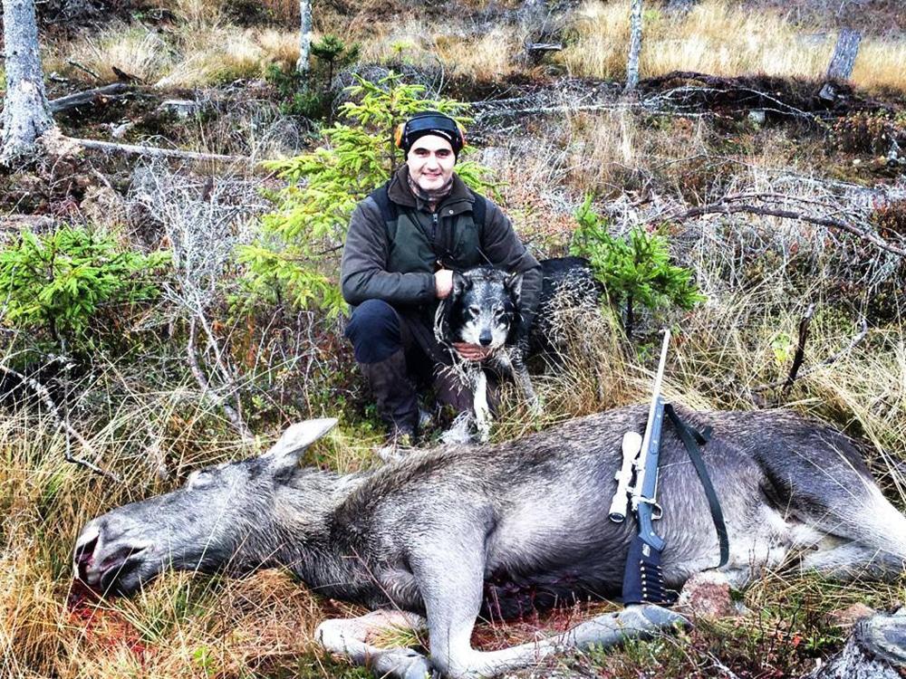 André Samir Defange och gråhunden Buch, som tillhör en annan jägare i jaktlaget. Foto: Privat