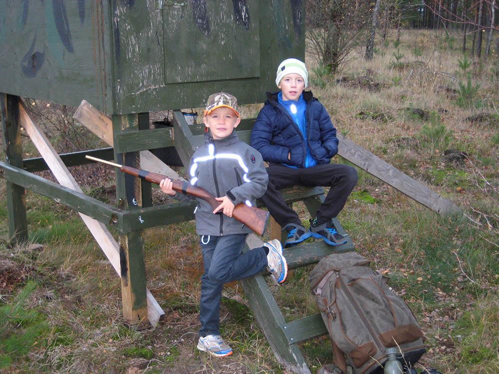 Noel och Liam på sin allra första jakt. Foto: Privat