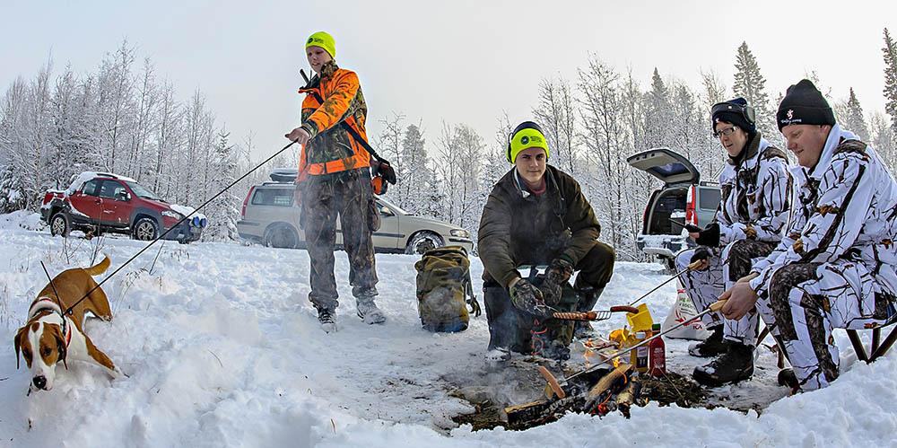 Elden utefter skogsbilvägen blev samlingspunkten när det var dags att byta hundar och låta nya komma till skogs. Foto: Tomas Johansson