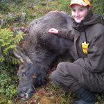 Ida Letzelter med en älgko hon fick skjuta den 16 oktober i höst. Älgen var årets första både för henne och för jaktlaget. Foto: Privat