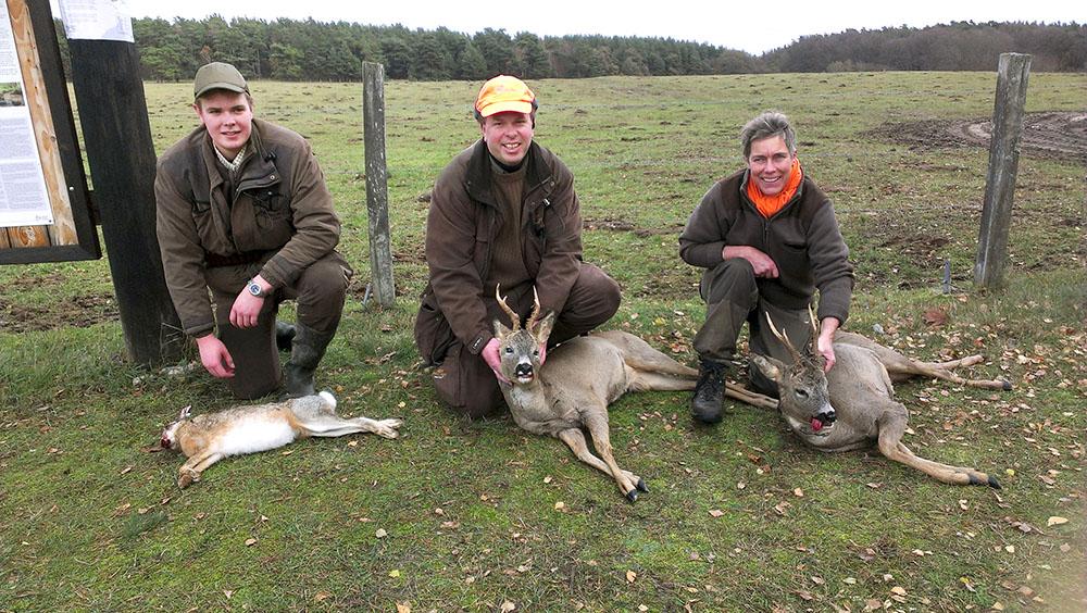 Johan Olsson med hare samt Mats Johnsson och Kristina Lindau med var sin sextaggare. Foto: Christian Weibull