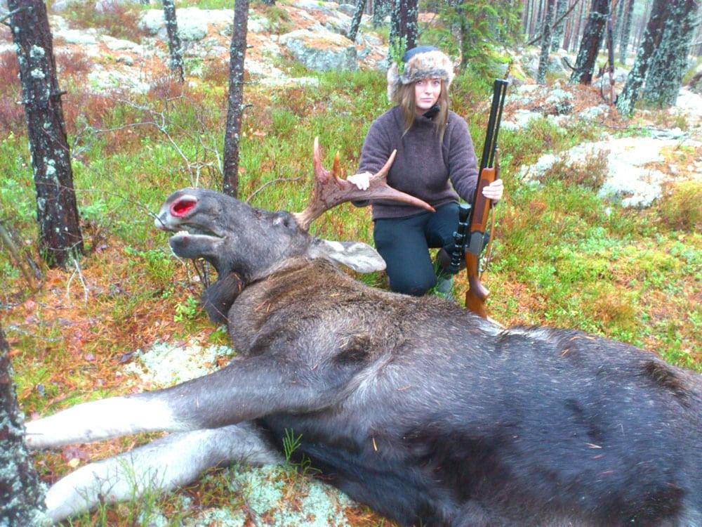 Matilda Allansson med sin första älg. Foto:privat
