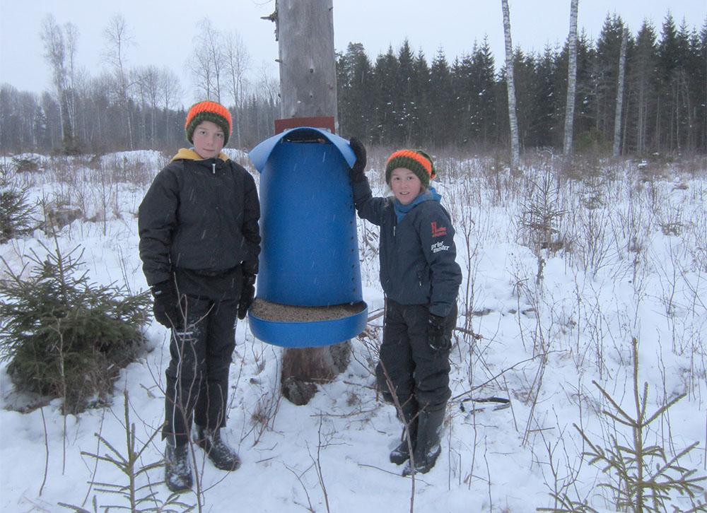 Linus och Oskar Björk från Grums med en egenbygd foderautomat. Foto:Privat