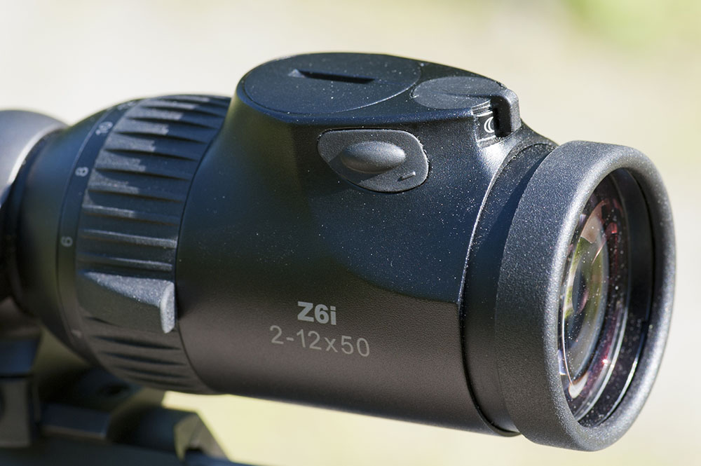 Generation två av Z6-serien har en smäckrare belysningsdel på okularet än föregångaren och en utmärkt placering av reglage för funktionerna. Foto: Mattias Lilja