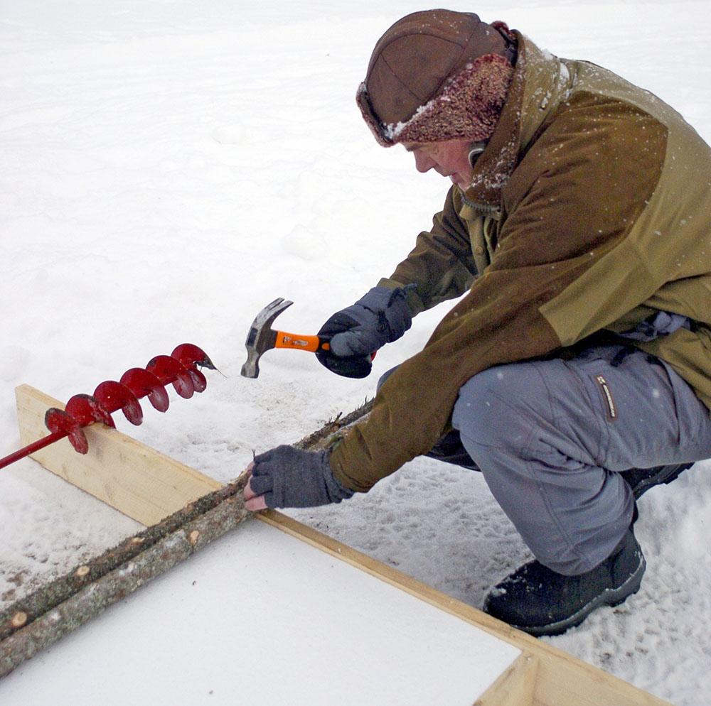 Spika därefter fast tunna granslanor som golv. Låt slanorna sticka ut cirka 50 centimeter på vardera sidan.