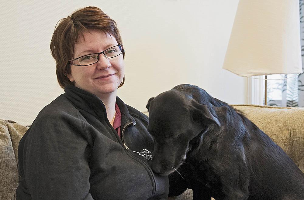Sara Dufva Lundquist behandlar smådjur i deras hemmiljö. Där utför hon också avlivningar när så krävs. Att slippa ge sig iväg till en veterinärmottagning i den situationen uppskattas av många djurägare. Foto: Jan Henricson
