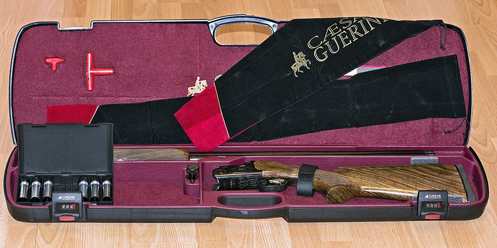 erduvebössan från Caesar Guerini levereras med en smäcker och välgjord koffert och åtta choketuber. Foto: Mattias Lilja