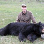 Viktor Åkerlund och den svartbjörnhane han fällde i British Columbia i våras. Foto: Privat