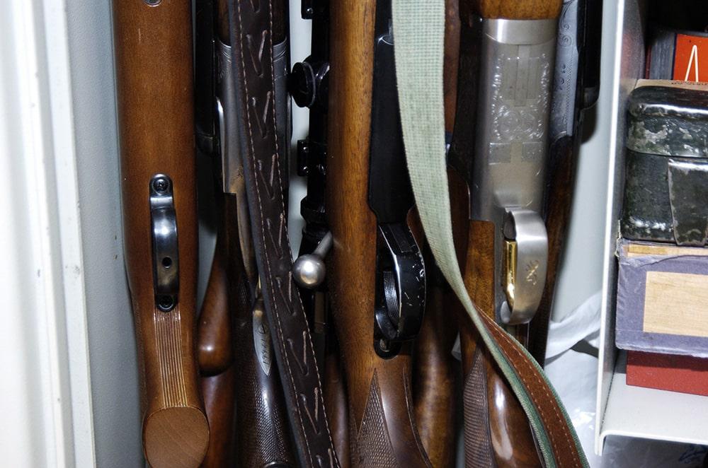 Poängen med vapenlagen bör vara att vapen ska förvaras säkert och behandlas på rätt sätt. Så länge dessa krav uppfylls bör jägare få förvara sina vapen där det bäst lämpar sig, anser debattören. Foto: Magnus Rydholm