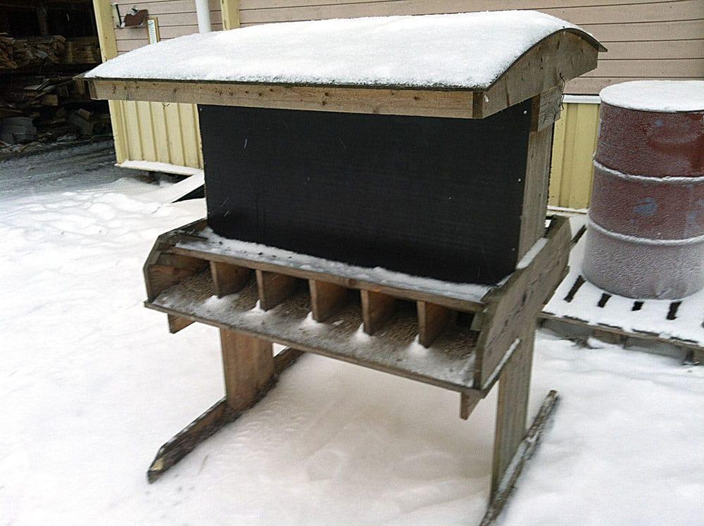Så ser den ut, den rensäkra foderautomaten. Fackindelningen av foderbordet gör att det bara är rådjuren som kommer åt fodret. Foto: Bernt Karlsson