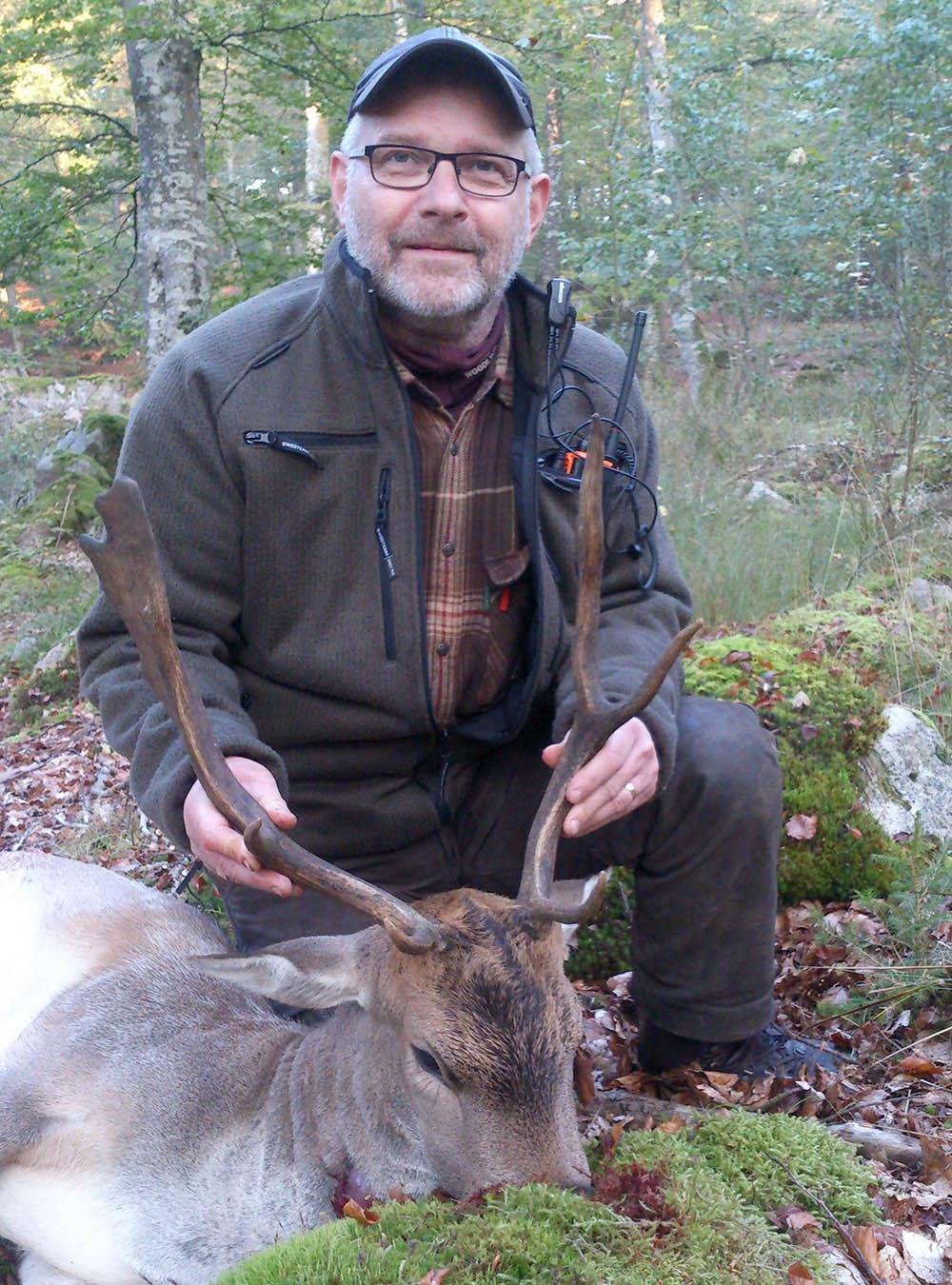 Lars Fagner med den skjutna hjorten. Foto: Privat