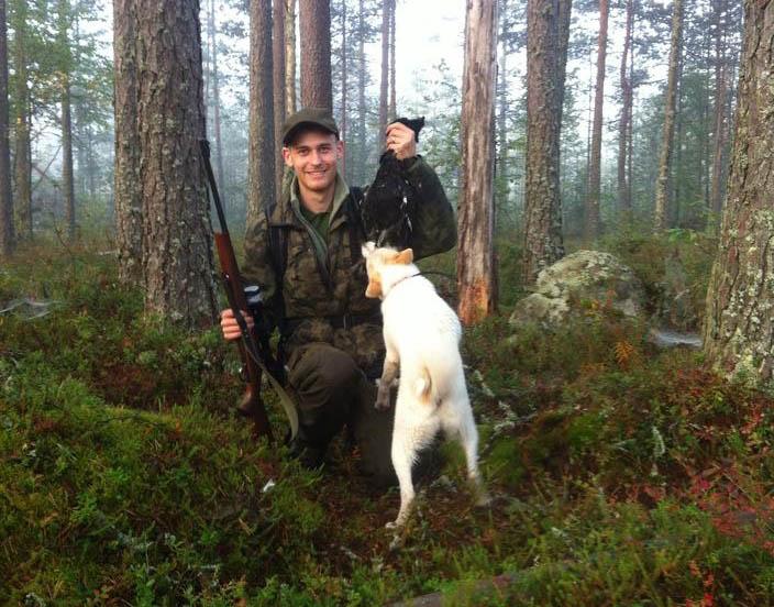 Rasmus Gjerulf med sin första orre, skjuten för norrbottenspetsen Unna. Foto: Henri Vaarala