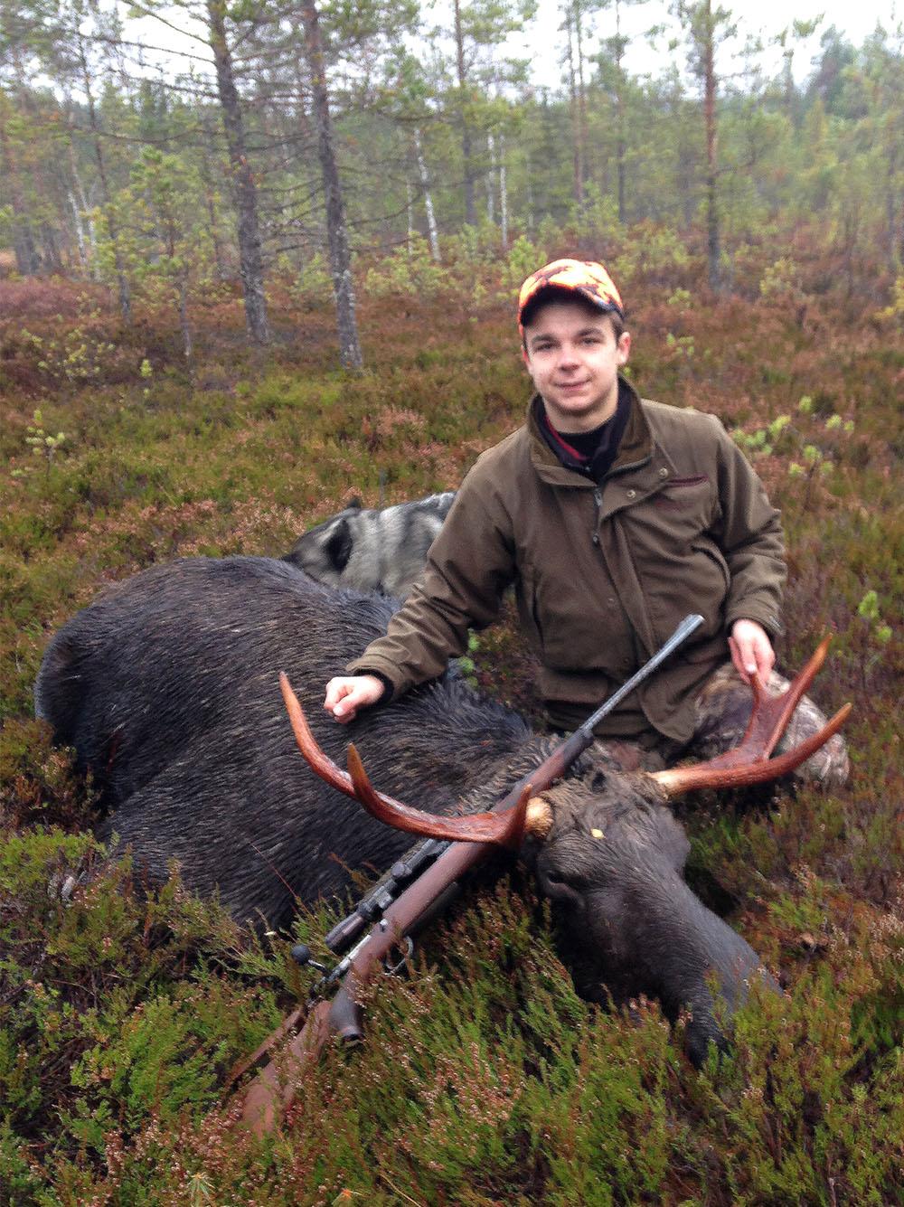 Per Westin med sin första älg. Foto: Privat
