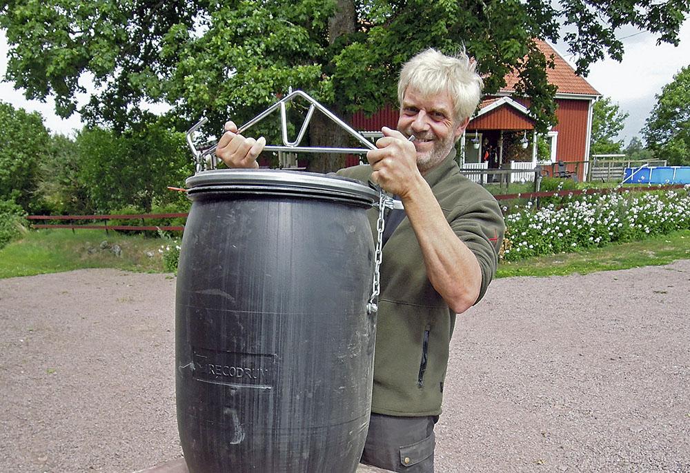 Anders Hedström med en svinsäker foderautomat. Foto: Bernt Karlsson