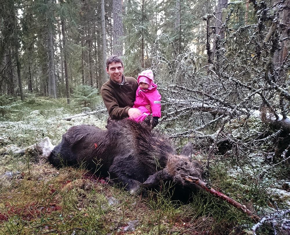 Nils Fernquist, Svärdsjö, fällde en älgkalv medan dottern sov i bärstolen.