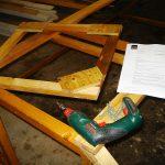 Leufstabrukfälla under byggande. En sådan används till fångst av skata och kråka. Foto: Fredrik Jönsson