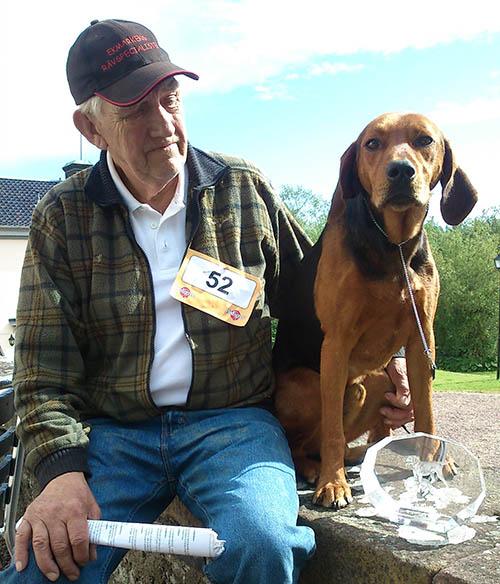 Atle var en högt meriterad stövare, både på jaktprov och utställning. Här ses han tillsammans med sin ägare Gunnar Ericsson, när han blev BIS (totalvinnare) på Stövarklubbens jubileumsutställning på Öster Malma 2012. Foto: Marie Nylander