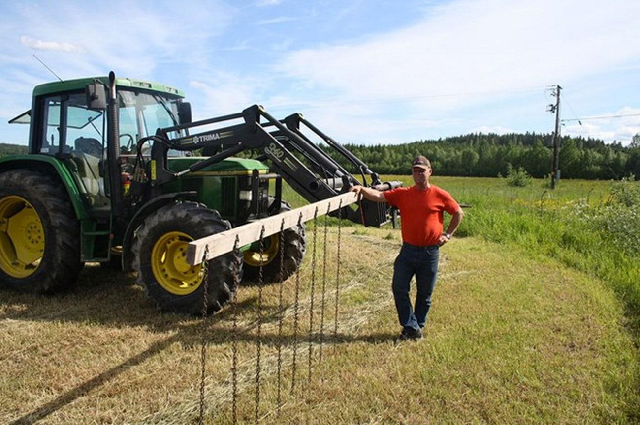 Lars Engström med konstruktionen som ska rädda rådjurskid. Foto: Olof Nilsson
