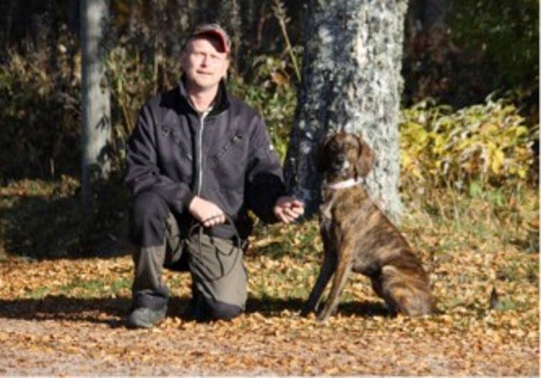 """Efter godkänt spårprov med björndel i Torntorp, Värmland. Ägare/förare Mikael Edvardsson med plotthunden SEV(björn)CH Kolmarkens Sally """"Tora""""."""