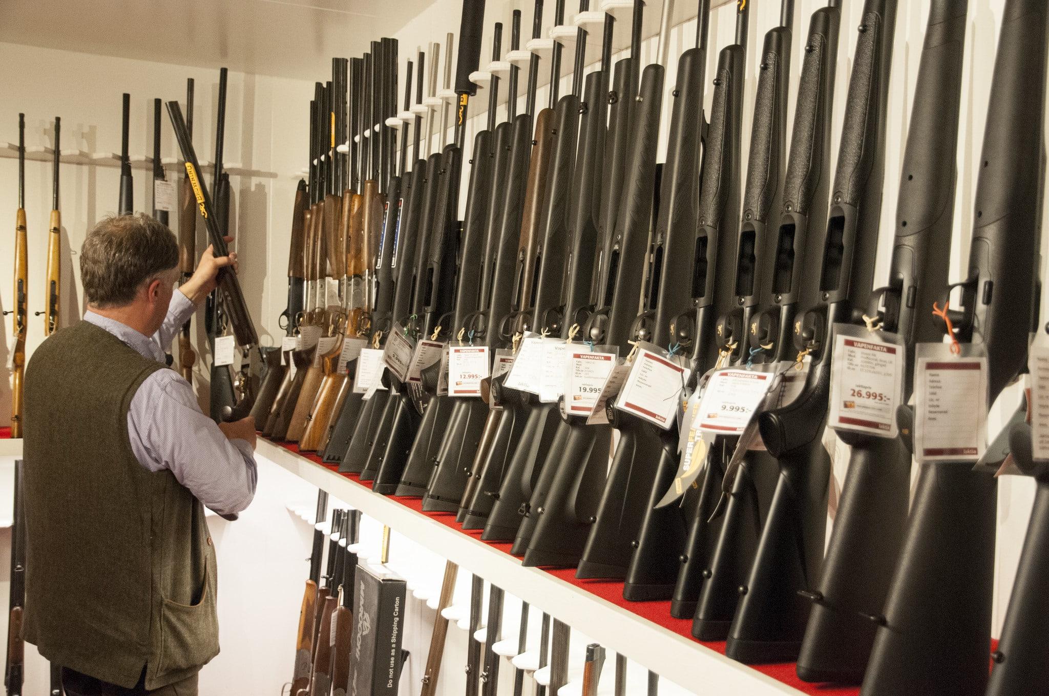 Inte bara jägarna utan också vapenhandlarna drabbas av polisens senfärdiga hantering av vapenlicenser. Det är dags att regeringen tar problemen på allvar, skriver debattörerna från tre politiska partier. Foto: Jan Henricson