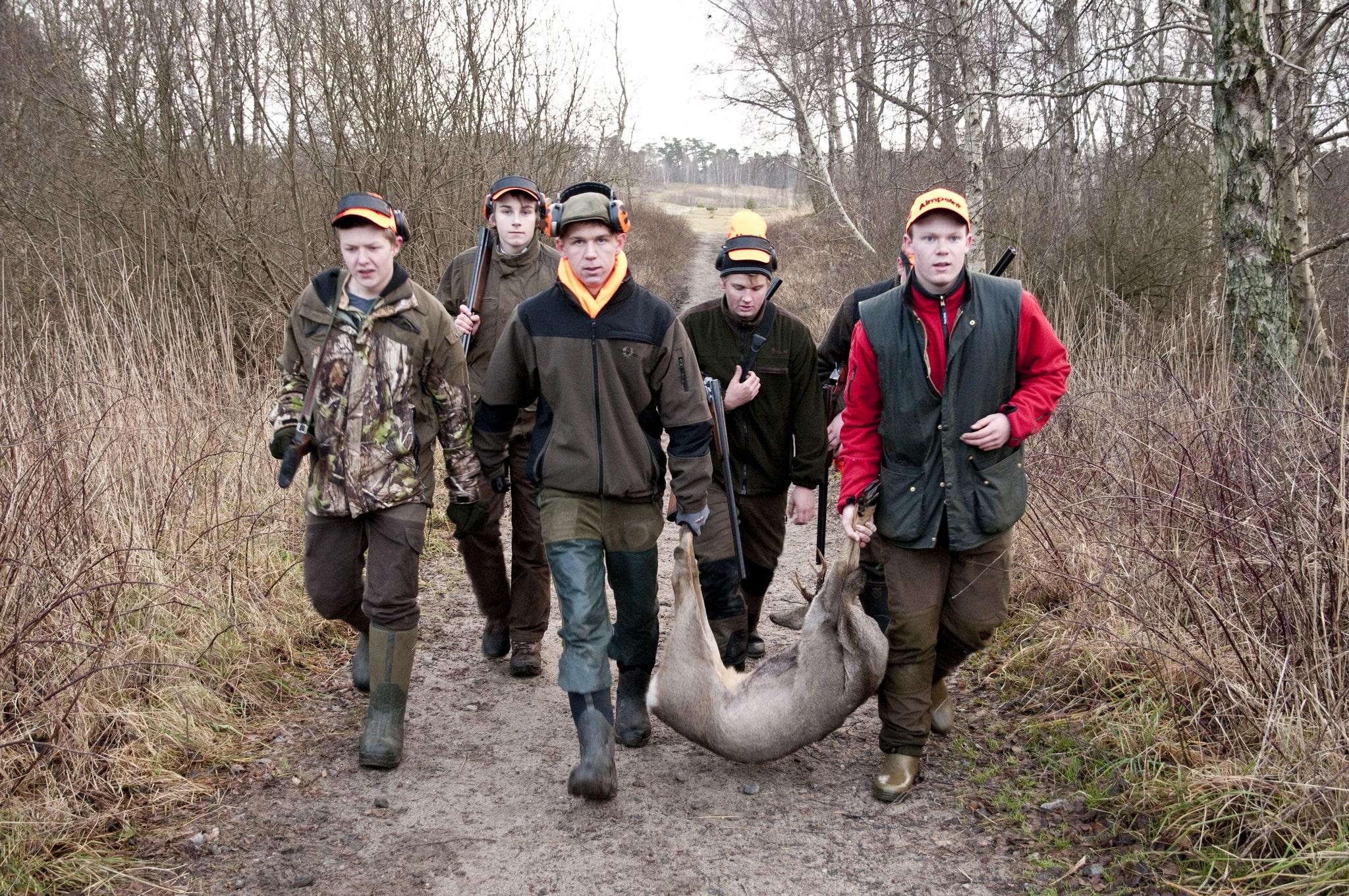 Bilden är från en jakt med ungdomar på ett naturbruksgymnasium. Så får det inte se ut i framtiden, enligt Skolverket som anser att risken för skolskjutningar i Sverige minskar om jaktutbildningarna tas bort på gymnasienivå. Foto: Jan Henricson