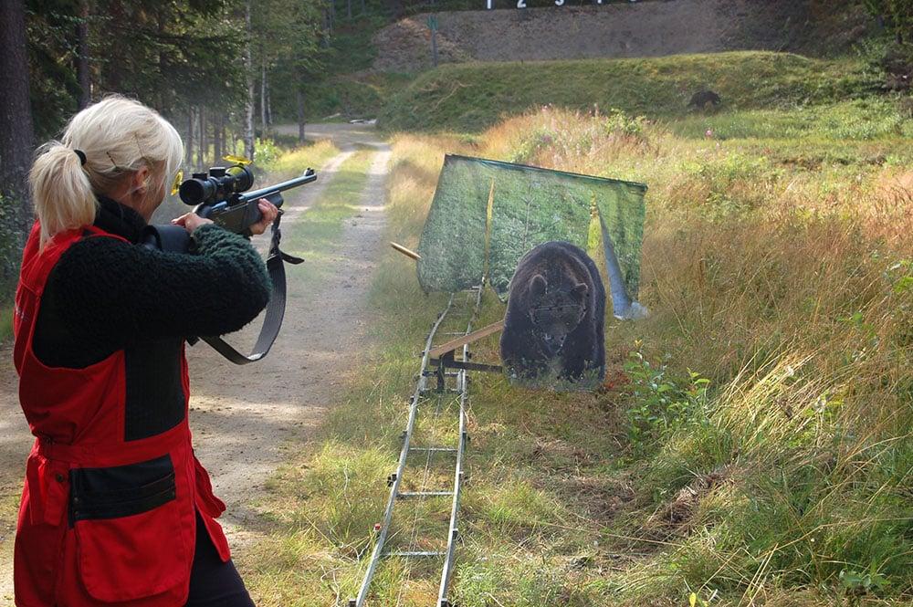Susanne Königsson skjuter på anfallande björn. Foto: Mikael Backman
